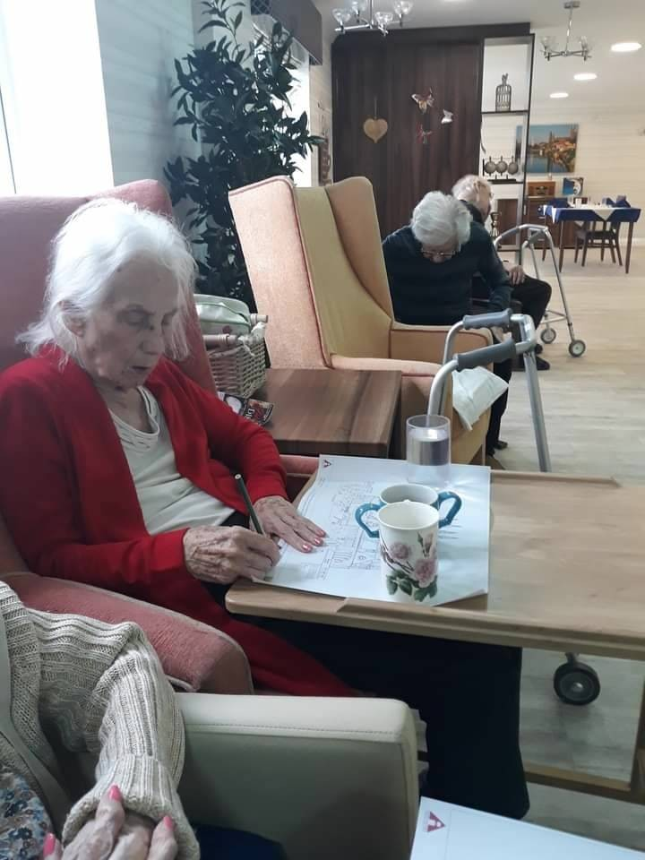 Enjoying-art-at-the-Perry-Manor-nursing-home-Worcester