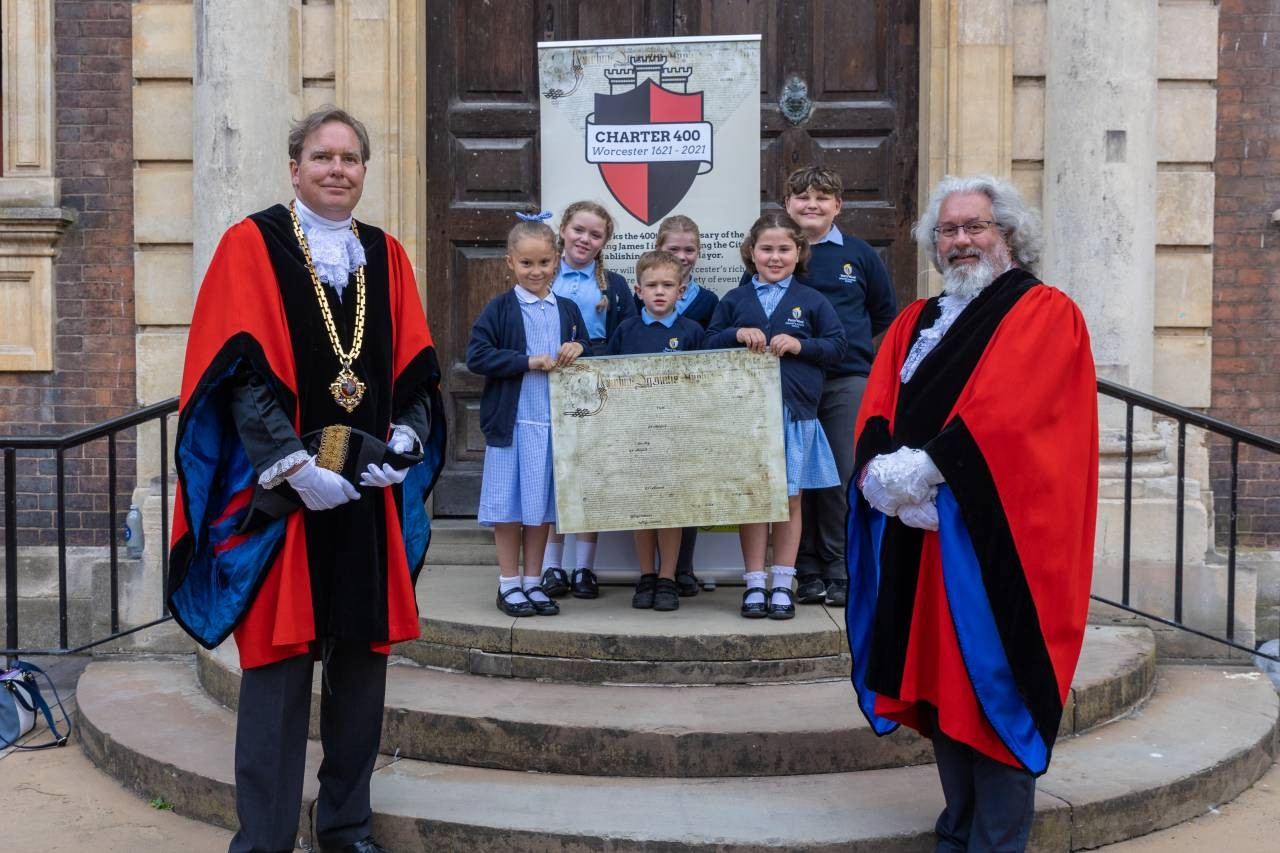 Pupils-from-Perry-Wood-Primary-School-join-the-Mayor-and-Deputy-Mayor-of-Worcester-to-launch-the-Charter-Festival