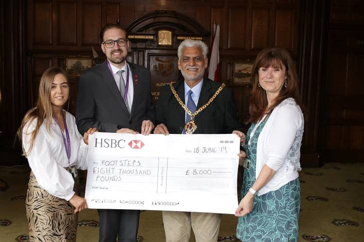 Mayor hands over £8k to support bereaved children